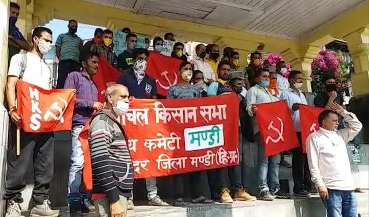 फोरलेन व टनल निर्माण में स्थानीय लोगों को रोजगार ना देने पर Kisan Sabha उग्र, किया प्रदर्शन