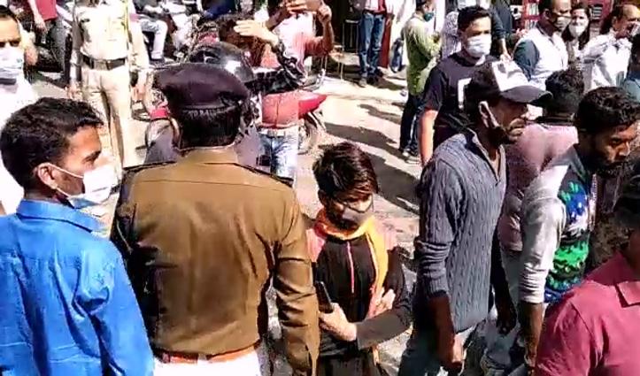 Solan : बैनर हटाने गई नप की टीम पर #Attack, नाराज कर्मियों ने डीसी ऑफिस चौक पर किया प्रदर्शन