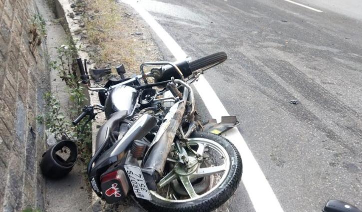 Shimla घूमने जा रहे दो दोस्तों की बाइक Car से टकराई, एक की गई जान; दूसरा PGI रेफर