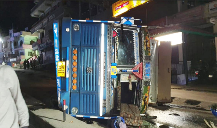 Sundernagar: लावारिस बैलों को बचाने के चक्कर में बीच सड़क पलटा डीजल से भरा Tanker