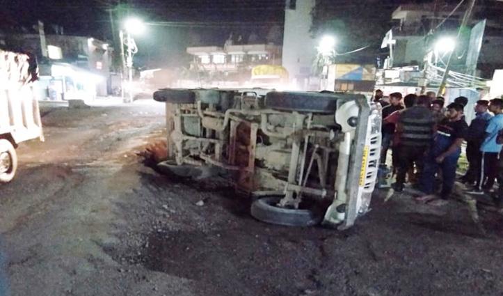 सुंदरनगर में Rest house चौक के समीप पलट गई अनार से भरी Jeep, तीन को चोटें