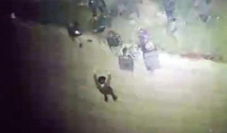 #Video: आतंकी बने छात्र ने कश्मीर में मुठभेड़ के दौरान किया सरेंडर, एक मारा गया
