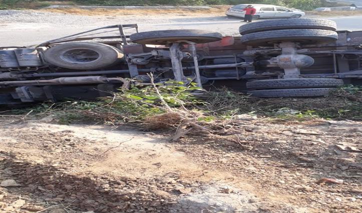 बिलासपुरः क्लींकर से भरा #Truck पलटा, नीचे दबने से चालक की गई जान