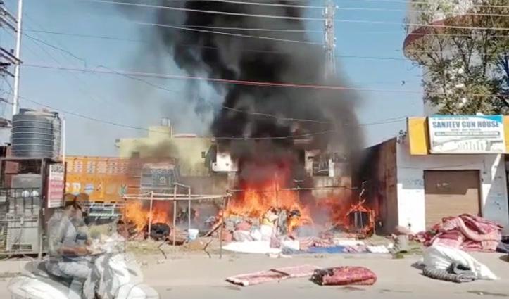 Mahatpur में पिंजाई की दुकान में लगी Fire, ट्रक भी आया चपेट में