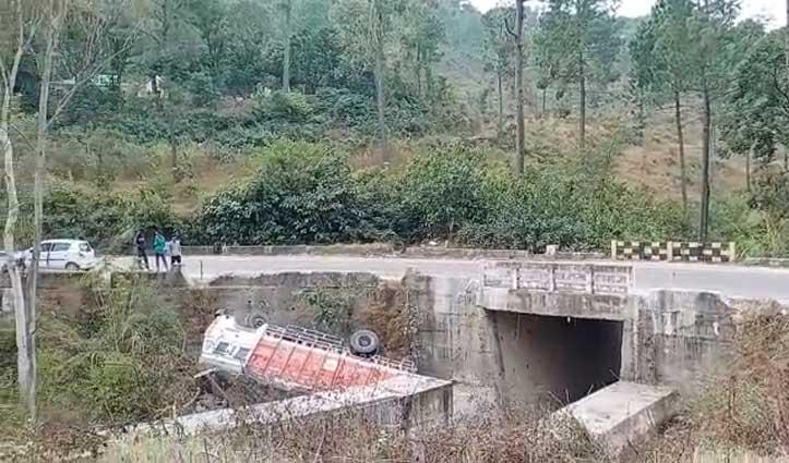 #Bilaspur में पुली से नीचे गिरा अनियंत्रित Truck, चालक को आई चोटें