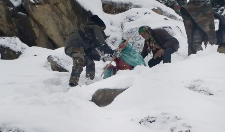 #JammuKashmir : बर्फ में फंसे लोग, पांच घंटे पैदल चल कर Army के जवानों ने बचाई जान