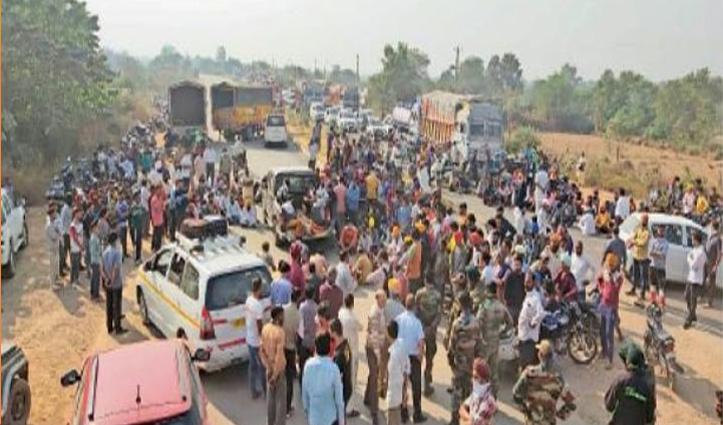100 फीट गहरी खाई में गिरा अनियंत्रित Truck: युवक की मौत, गुस्साए परिजनों ने किया रोड जाम