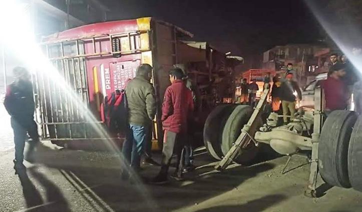 होली जा रही Bus के खुले टायर, बीच सड़क पलटी
