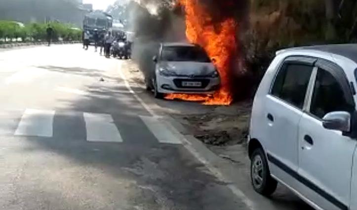 मरीज को दिखाने Hospital लाया था व्यक्ति, बाहर पार्क Car में लग गई आग-जली