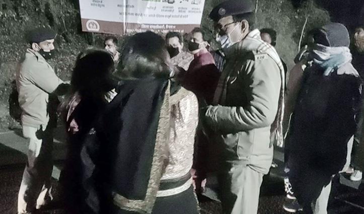 हिमाचल में Night #Curfew के बीच मचा बवाल, बैरियर पर पर्यटकों का हंगामा, उद्योग मंत्री फंसे