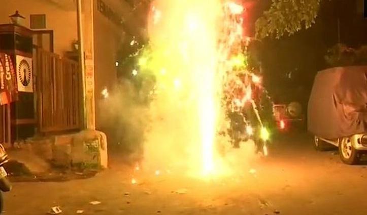 """#Diwali पर दिल्लीवालों ने जमकर की आतिशबाजी, हवा की हालत """"गंभीर"""""""