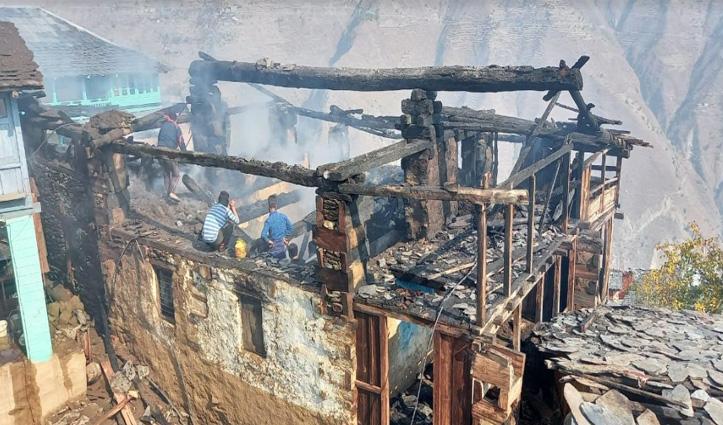 #Chamba: तीन मंजिला मकान में भड़की आग, मौके पर नहीं पहुंच पाई Fire Brigade की बड़ी गाड़ी