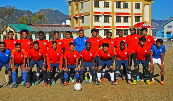 जुन्गा में पसीना बहा रहे फुटबॉल खिलाड़ी