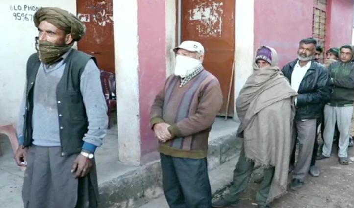 Jammu-Kashmir #DDC_Polls: 43 सीटों पर वोटिंग शुरू, मतदान केंद्रों के बाहर कतारें