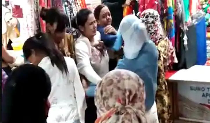 """#Video : करवाचौथ की शॉपिंग कर रही महिला को बोला """"आंटी"""" – बाल पकड़कर लड़की की कर दी पिटाई"""