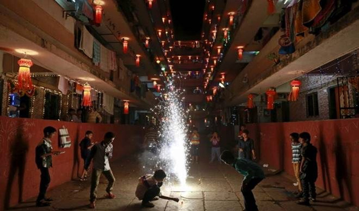 कुछ देर पहले CM केजरीवाल ने की थी पटाखा ना जलाने की अपील; अब दिल्ली में लगा दिया #Ban