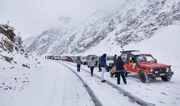 बर्फबारी के चलते #Atal_Tunnel से एहतियातन ट्रैफिक किया बंद, #Lahul में फंसे पर्यटक