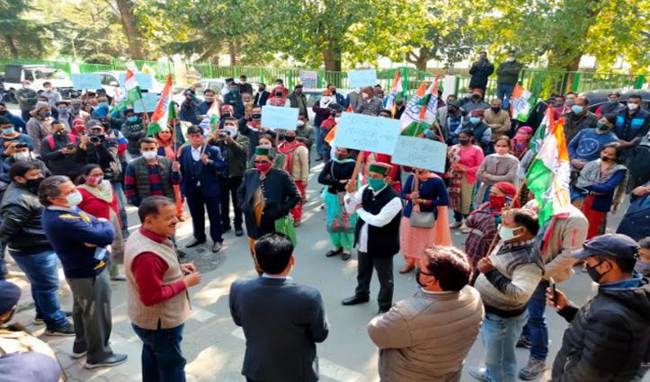 #Kullu: वरिष्ठ अधिवक्ता के पक्ष में उतरी कांग्रेस, #SP Office के बाहर बोला हल्ला