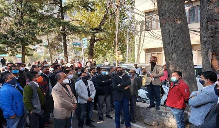 #SP Kullu के खिलाफ हाईकोर्ट में दायर होगी याचिका, अधिवक्ताओं का प्रदर्शन जारी