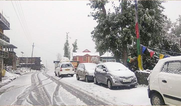 #HP_Weather: लाहुल में दूसरे दिन भी #Snowfall का दौर जारी, #Rohtang में डेढ़ फीट ताजा हिमपात