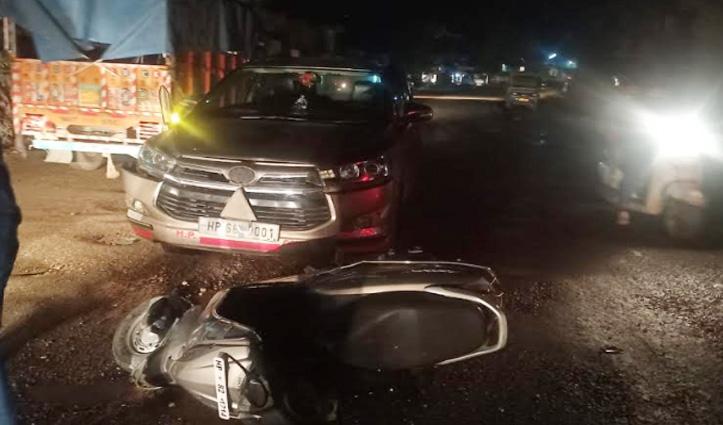 #Mandi: गड्ढों से बचने के चक्कर में परिवहन मंत्री की सरकारी गाड़ी और Scooty में टक्कर