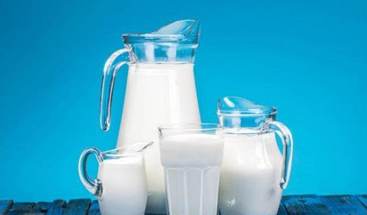 हर किसी के लिए फायदेमंद नहीं होता दूध, इन लोगों के लिए धीमे जहर की तरह करता है काम