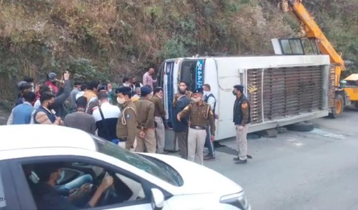 #Breaking : सोलन में जोखड़ी मोड़ पर पलटी Private Bus, महिला की #मौत, कई घायल