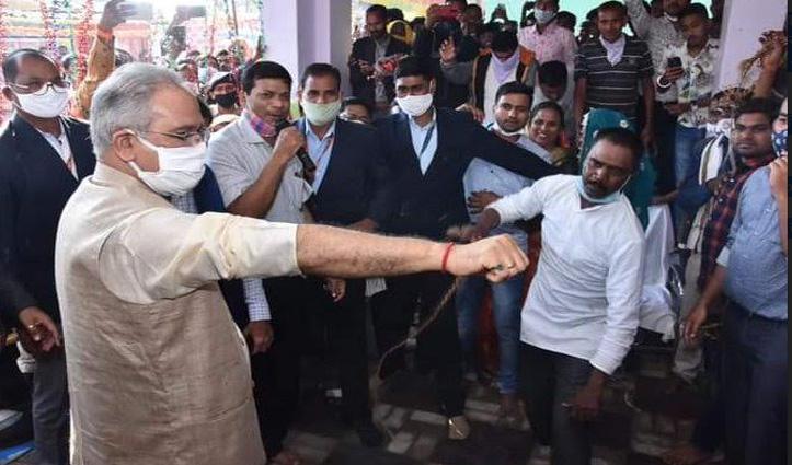 #Video : छत्तीसगढ़ के CM Bhupesh Baghel के हाथ पर शख्स ने बरसाए ताबड़तोड़ कोड़े, ये है वजह