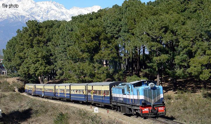 पठानकोट-जोगिंद्रनगर ट्रैक पर थमे #Train के पहिए, ढाई घंटा परेशान रहे लोग