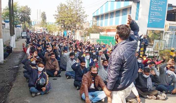 गगरेट में साथी की मौत से गुस्साए श्रमिकों का उद्योग के समक्ष जोरदार #प्रदर्शन