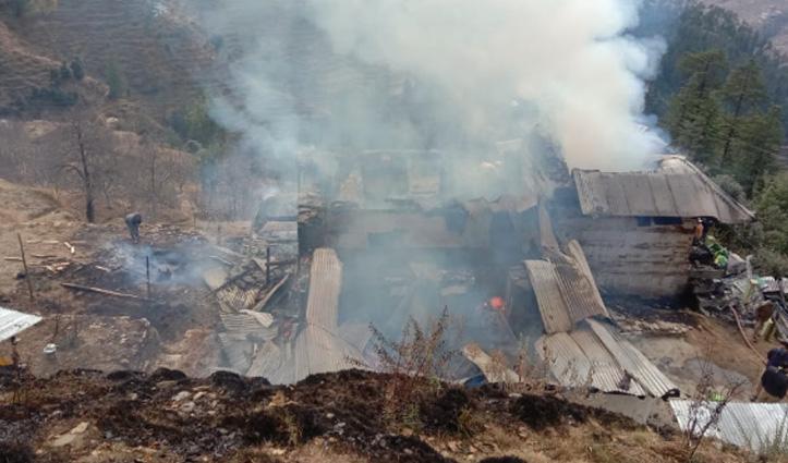 Kotkhai के डाहर में दो मंजिला मकान में Fire, कुछ नहीं बचा पाए घर के लोग