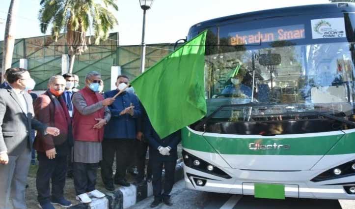 #Dehradun की सड़कों पर दौड़ी इलेक्ट्रिक बस, CM आवास से की गई ट्रायल रन की शुरुआत