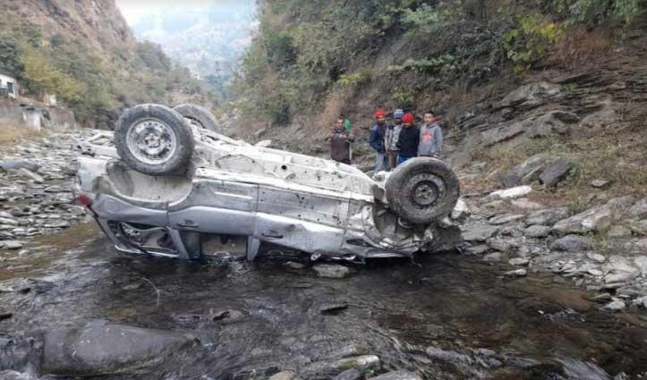 #Mandi: खाई में गिरी गाड़ी, फोरलेन कंपनी में कार्यरत कर्मी की गई जान- एक गंभीर घायल