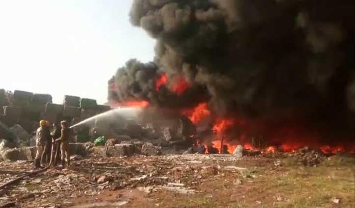 #Baddi: बिरला टेक्सटाइल मिल के कबाड़ में लगी आग, फायर ब्रिगेड की 8 गाड़ियां मौके पर पहुंची