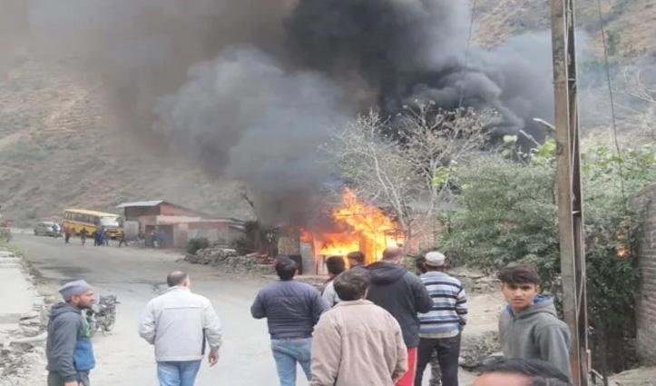 Chamba: राख बाजार में तीन दुकानों में लगी आग, बाहर खड़ी Car भी जली