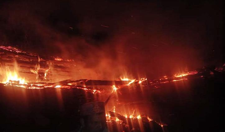 Kullu के बंजार में लकड़ी के मकान में लगी आग, दूसरा घर भी जलाया- लाखों का नुकसान