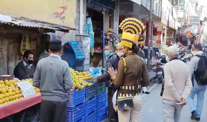 #Corona: हमीरपुर बाजार में #Mask नहीं पहनने वालों को ये महिला कांस्टेबल सिखाएगी सबक