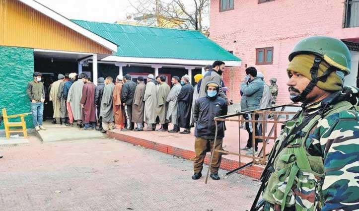 #DDC_Poll J&K : मेंढर में फर्जी मतदान को लेकर भड़के लोग, पथराव में कांग्रेस प्रत्याशी सहित दो PSO घायल