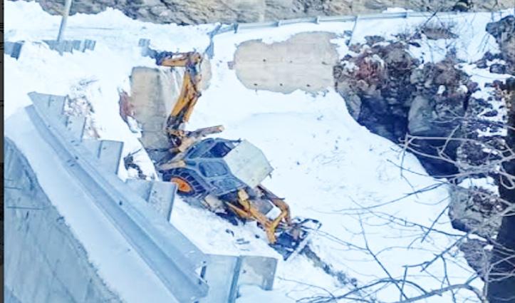 Kullu में बर्फ हटाते JCB दुर्घटनाग्रस्त, Shimla में अज्ञात वाहन की टक्कर से युवक की गई जान