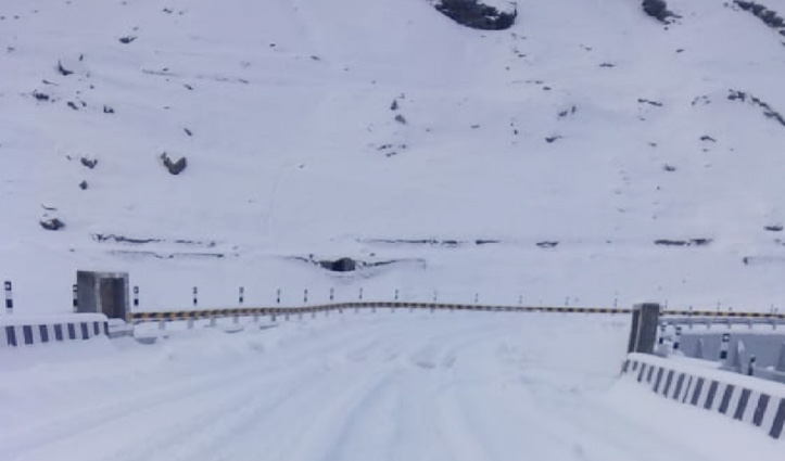 ताजा बर्फबारी के चलते #Atal_Tunnel_Rohtang यातायात के लिए बंद, धुंधी में रोका ट्रैफिक