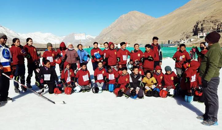 Lahaul Spiti: काजा के 15 प्रतिभागी गुलमर्ग में हो रहे एंडवास आइस हॉकी कैंप में लेंगे हिस्सा, हुए रवाना