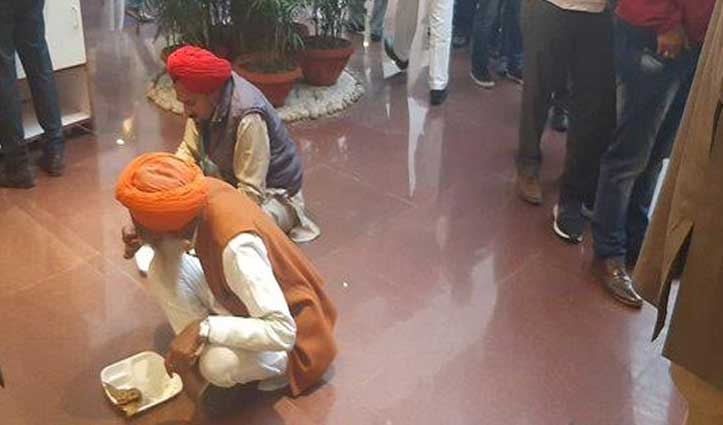 #FarmersProtest : किसानों ने ठुकराया सरकार का #Lunch, मिल बांटकर खाया साथ लाया खाना