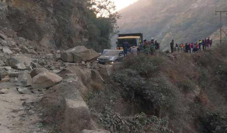 Mandi में #landslide, चपेट में आई दो गाड़ियां- आधा घंटा बंद रहा हाई-वे