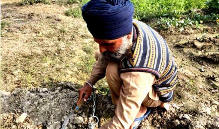 खुद को जंजीरों से जकड़कर खेतों में काम रहे #किसान, आखिर क्या है माजरा