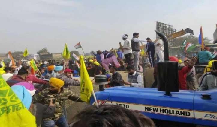 राजस्थान-हरियाणा बॉर्डर पर किसानों ने तोड़े Barricade, पुलिस ने दागे आंसू गैस के गोले