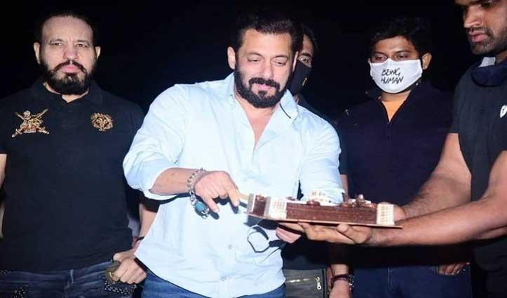 #SalmanKhan का 55वां जन्मदिन : करीबी दोस्तों के साथ पनवेल स्थित फार्म हाउस पर किया सेलिब्रेट, देखें तस्वीरें