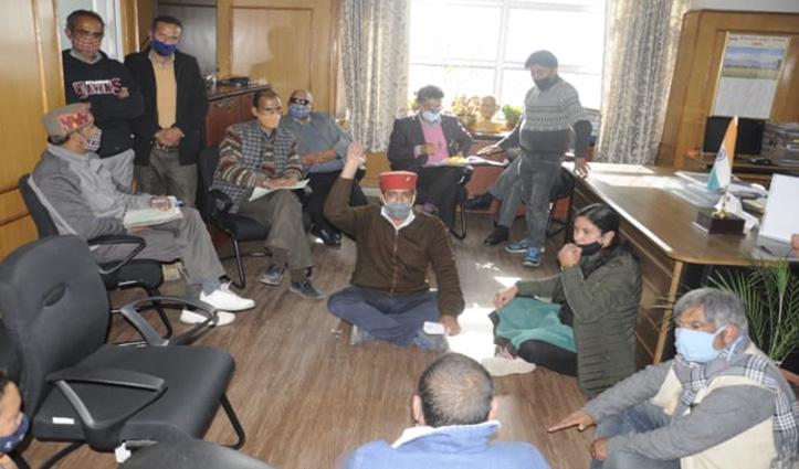 Director of Education के कमरे में धरने पर बैठ गए छात्र-अभिभावक मंच के पदाधिकारी