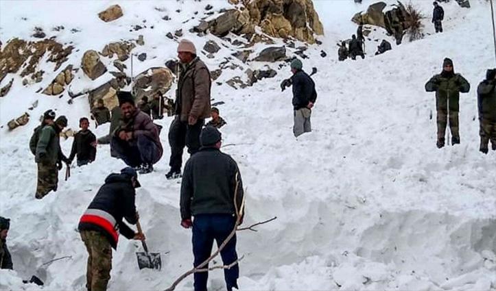 सोनमर्ग-द्रास हाईवे पर बर्फ में फंसे 300 लोगों की BRO ने बचाई जान, 105 वाहन भी सुरक्षित निकाले