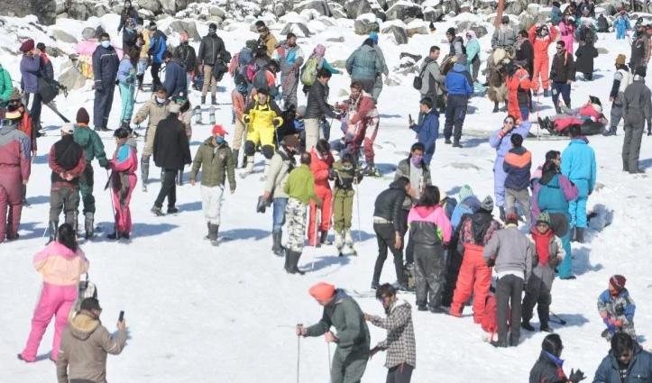 #HPWeather: #Atal_tunnel खुलते ही पर्यटकों ने निहारी बर्फ से लकदक वादियां, जाने अब कब होगा Snowfall