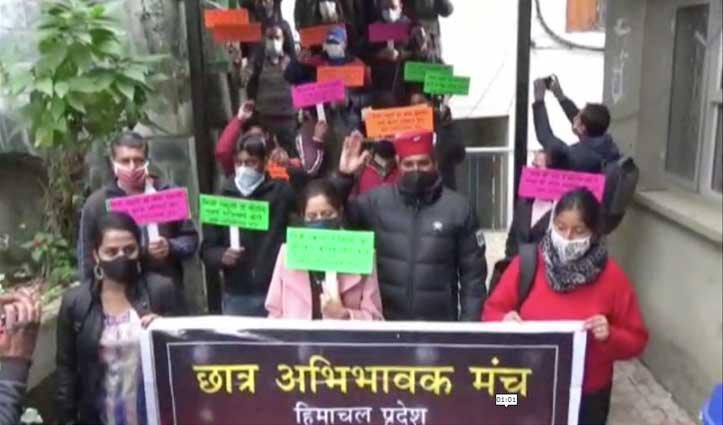 शिक्षा निदेशालय के बाहर अभिभावकों का हल्लाबोल-Tuition fees लेने की अधिसूचना जारी करें सरकार